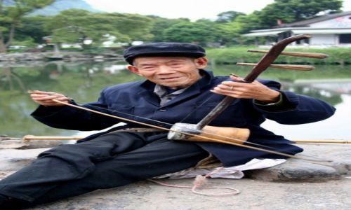 Zdjecie CHINY / Region Kuangsi / Yangshuo / Uliczny grajek