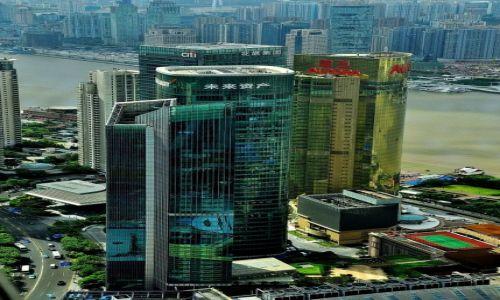 Zdjecie CHINY / Szanghai / Szanghai / Płynące wieżowce