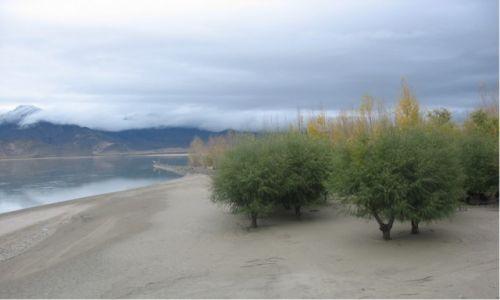 Zdjecie CHINY / Tybetański Region Autnomiczny / Prefektura Shannan / Nad Jarlungiem