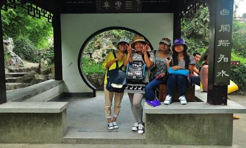 Zdjęcie CHINY / prowincja Jangsu / ogrody Wuxi / Ach te kobiety...