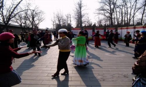 Zdjecie CHINY / Pekin / Niedaleko Zakazanego Miasta / Wszyscy tańczą