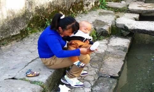 Zdjecie CHINY / prowincja Anhui / Hongcun / mama z synem