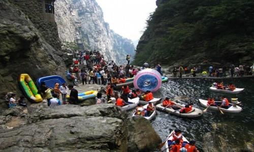 Zdjęcie CHINY / prowincja Jiangxi / Lu Shan / Staw u podstawy wodospadu Trzech Stopni w październikowe święto
