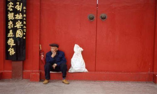 Zdjęcie CHINY / Yunan / Kunming / Przed bramą Świątyni