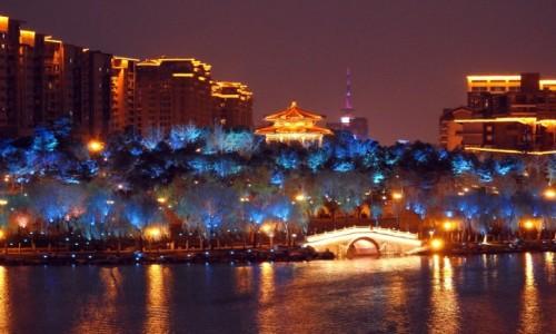 CHINY / Shaanxi / Xi\\\'an / Nocne miasto 3