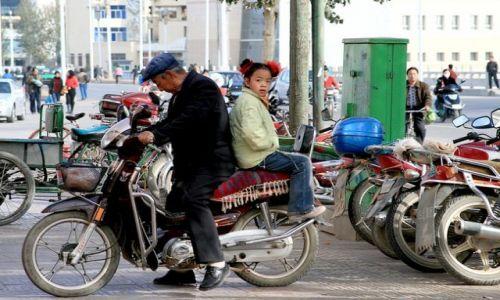 CHINY / brak / gdzieś przy granicy Gansu z Xinjiang / Dunhuang- mieszkańcy dzielnicy muzułmańskiej