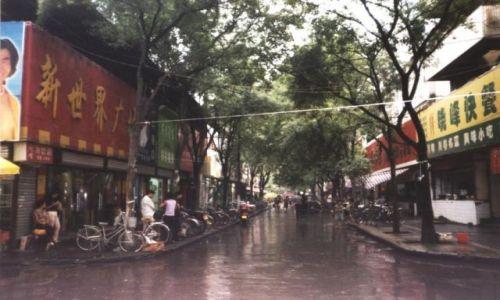 CHINY / Shaanxi / Xi'an / Deszczowa uliczka