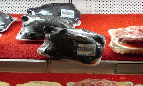 Zdjecie CHINY / Guanzou / Nanning / Czarne kurczaki w chinskim supermarkecie ,a piora maja biale