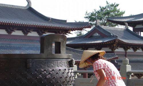 Zdjecie CHINY / GUANZOU / Nanning / Vietnamka sprzatajaca na zewnatrz klasztoru