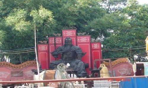 Zdjęcie CHINY / GUANZOU / Nanning / Figura pozostala ze starej czesci klasztornego--no super