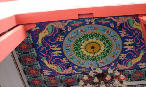 Zdjecie CHINY / GUANZOU / Nanning / Sufit klasztoru ,nie wszyscy zwracaja uwage na to