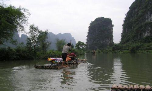 CHINY / poł. Chiny / okolice Yangzhuo / spływ tratwą