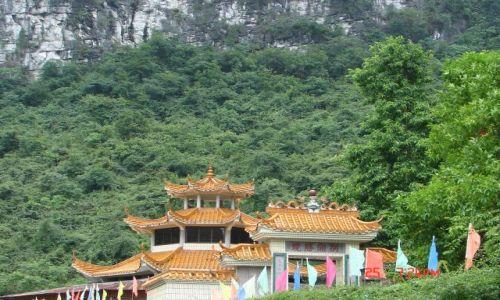 Zdjecie CHINY / Guangzo / Yangsao / Chinskie daszki pod skalami .