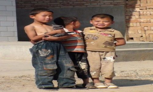 Zdjecie CHINY / brak / niedaleko LANZHOU / każde dziecko ma swojego misia ....