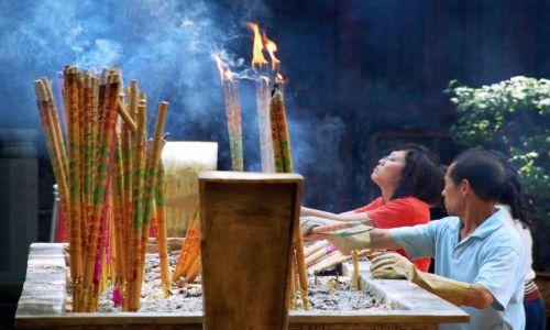 Zdjęcie CHINY / Sichuan / Leshan / składanie ofiary w świątyni buddyjskiej