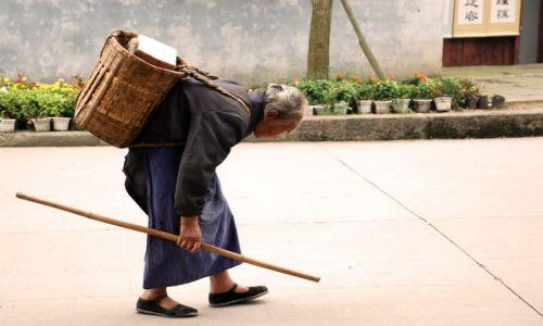 Zdjecie CHINY / Syczuan / Huanglong Xi / biedna Babcinka...