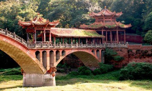 Zdjęcie CHINY / Syczuan / Leshan/Dafo / Most nieopodal wioski rybackiej