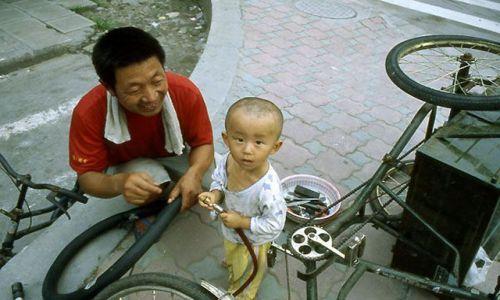 Zdjęcie CHINY / brak / Shanghai / Scenka z przedmieść miasta