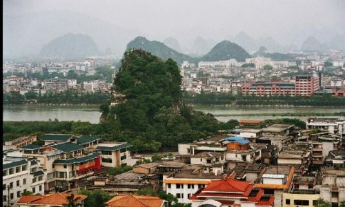 CHINY / Guangxi / Guilin / Wzgórze Uległe Falom