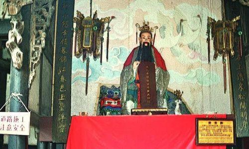 CHINY / Syczuan / Qingcheng Shan / Tianshi Dong posąg Nefrytowego Cesarza
