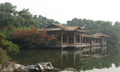 Zdjecie CHINY / Hangzhou / miejski park / nad jeziorkiem