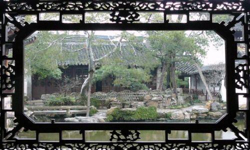 Zdjecie CHINY / Suzhou / ogród / widok przez okno na pawilon