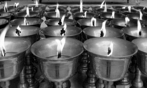 Zdjęcie CHINY / Leshan / przed świątynią / lampki wotywne
