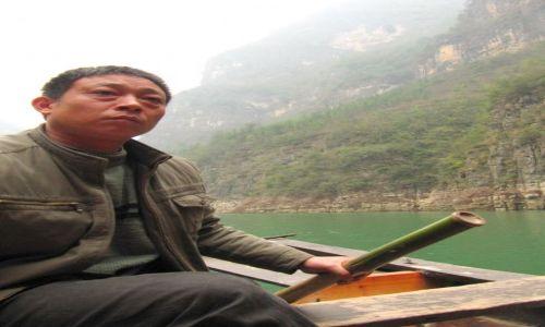 Zdjęcie CHINY / Nad Jangcy / nad rzeką / zadumany flisak