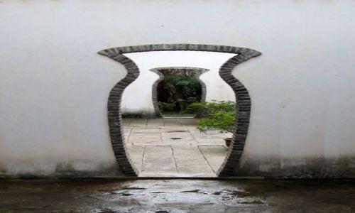 Zdjecie CHINY / Suzhou / Drzwi w jednym z pięknych w tym mieście ogrodów / Drzwi świata/zd