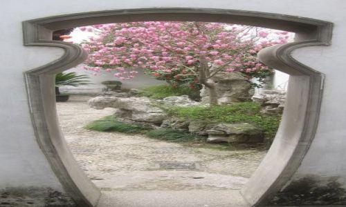 Zdjecie CHINY / Suzhou / Drzwi w jednym z pięknych w tym mieście ogrodów / Drzwi świata /Suzhou/zdjęcie konkursowe