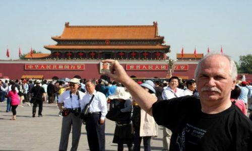 Zdjecie CHINY / - / PEKIN / Plac Tiananmen. Mao w moich palcach.