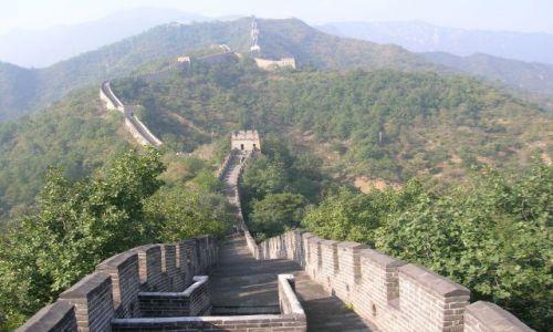 Zdjecie CHINY / Pekin / Wielki Mur / widok z muru i na mur