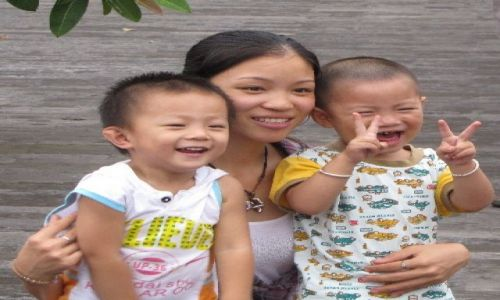 Zdjęcie CHINY / NE Chiny / Pekin / nawet dzieci fotografuja sie ze znakiem zwyciestwa