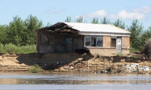 Zdjęcie CHINY / NE Chiny / Sungari / dom troche zniszczony przez powodz, ale da sie mieszkac