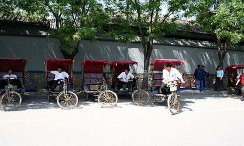 CHINY / Hutongi / PEKIN / Riksze czekają