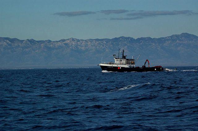 Zdjęcia: morze, pólnocna Dalmacja, statek na tle górzystego wybrzeża, CHORWACJA