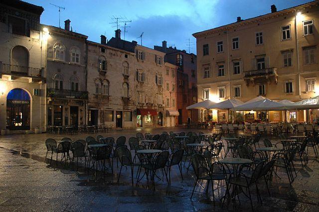Zdjęcia: Pula, Istria, rynek w deszczowy wieczór, CHORWACJA