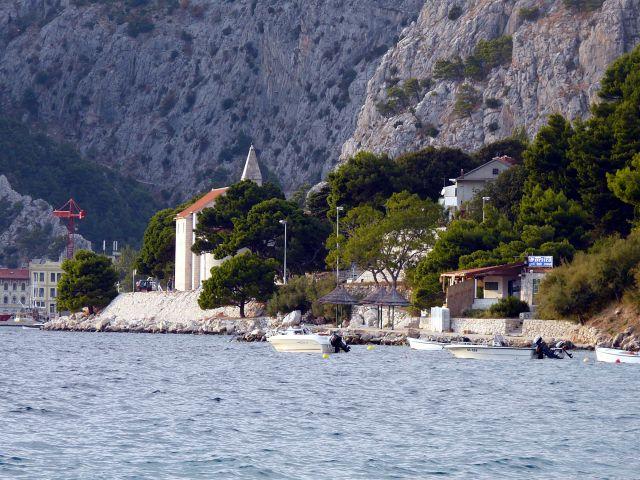 Zdjęcia: Omisz, Dalmacja, W cieniu skał, CHORWACJA