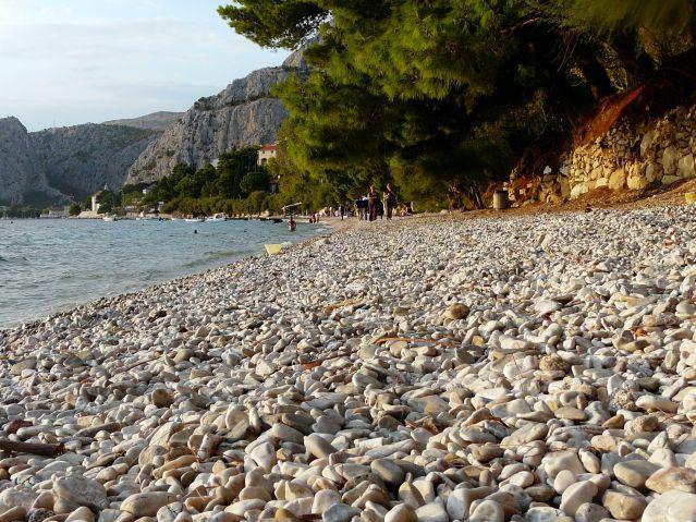 Zdjęcia: Omisz, Dalmacja, Kamienista plaża, CHORWACJA