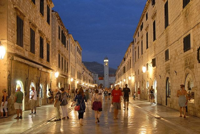 Zdjęcia: Dubrovnik, Dubrovnik, główna ulica nocą, CHORWACJA