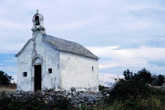 Zdjęcia: wyspa Hvar, Dalmacja, kapliczka wśród pól, CHORWACJA