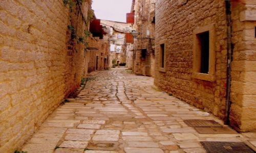 Zdjecie CHORWACJA / Dalmacja / Trogir / kamienna uliczka...