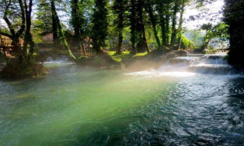 Zdjecie CHORWACJA / środkowa Chorwacja / Slunj-Rastoke; skansen młynów wodnych / w cieniu wysokich drzew...