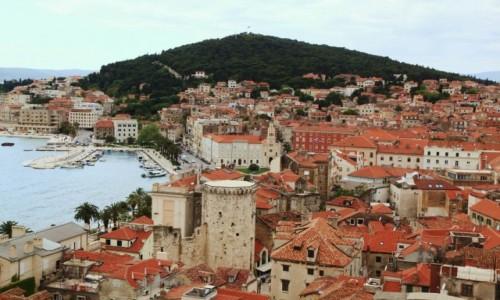 Zdjęcie CHORWACJA / Split / Wieża Katedry św. Duje / Widok na wzgórze Marjan