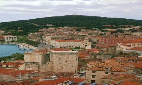 Zdjęcie CHORWACJA / Split / Wieża Katedry św. Duje / Na tle wzgórza Marjan