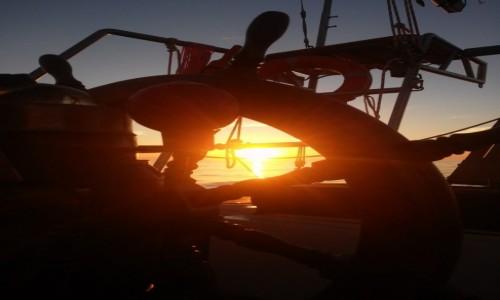 Zdjęcie CHORWACJA / okolice wyspy Hvar / morze  / sterując o zachodzie słońca...