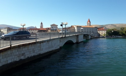 CHORWACJA / Dalmacja / Trogir / Widok na most i Trogir z wyspy Ciovo