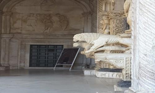 Zdjecie CHORWACJA / Dalmacja / Trogir / Lwy strzegące wejścia do Katedry św. Wawrzyńca