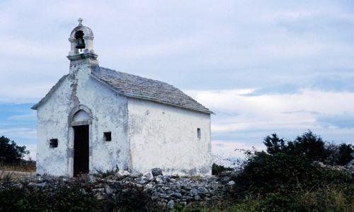 CHORWACJA / Dalmacja / wyspa Hvar / kapliczka wśród pól
