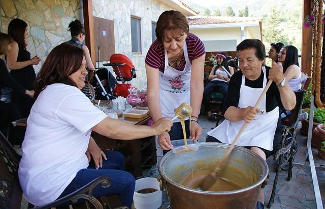 Zdjęcia: Agros, Pitsilia, Cypryjskie gospodynie na festynie, CYPR
